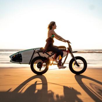 Première fois qu'on part à l'océan pour une surf session en Super73 et on valide x1000. Que tu sois surfer pro ou amateur, les Surf Racks vont être l'accessoire indispensable de cet été donc on compte bien en proposer prochainement sur notre eshop pour que tu puisses toi aussi kiffer !  Let's go surfing 🏄♂️  _________ #letscruze #ebike #surfing