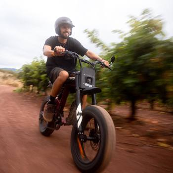 Full speed en Super73 - RX ⚡️  Le temps d'une découverte, @bowbby1 à très vite compris le plaisir que c'est de cruzer en super73 dans du bon Off-Road ! Le look motocross correspond parfaitement à cet univers du Lac du Salagou avec son sol en terre rouge.  @super73 @super73eu @super73community  #ebike #emotorcycle #motoelectrique #offroad #sendit #fullspeed