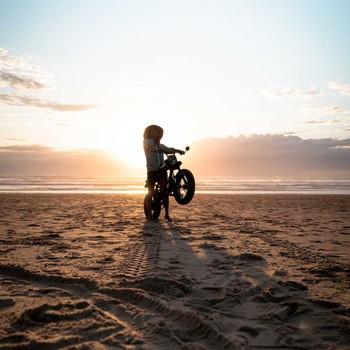 👉 Le Super73-RX est fait pour les audacieux, les aventureux qui n'ont pas peur de prendre de la hauteur et de sortir des sentiers battus pour appréhender le monde avec admiration. Il est fait pour les curieux en quête de nouvelles sensations, pour les épicuriens qui aiment ressentir le plaisir procuré quand on ride sans limite sur les plages et les étendues sauvages. Il est fait pour les explorateurs qui chérissent la beauté de ce monde et pour les intrépides qui foncent sans réfléchir sur l'autoroute de l'adrénaline. Le Super73-RX est pour celles et ceux qui n'ont pas peur de se sentir en vie !  Est-ce que toi t'en fais partie ? 🤘🤠 ____________________________ 📸 by the genius @hugom.visual