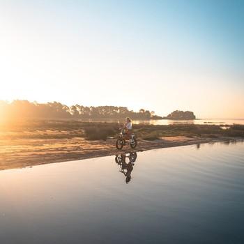 """Comme un avant-goût d'été avec une semaine en perspective qui s'annonce """"caliente""""☀️ S'annonce aussi le retour des bières de débauche sur la plage, au coucher de soleil, après un ride. On ne demande pas mieux que ce genre de petits plaisirs simples du quotidien ! __________ #super73 #springitime  #letscruze"""