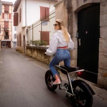 Photo souvenir des quelques jours passés dans le Pays Basque où l'on a vadrouillé en toute humilité (ou pas 😎) dans les rues de Bayonne.  Le constat est sans appel, c'est clairement le pays du vélo électrique là-bas. Avec toutes ces montées et descentes notamment dans le centre-ville de Biarritz, on était au max et on a pu poncer le New In : le ZX avec un graaaand et malin plaisir !!  Y'a plus qu'à décider la prochaine fois, où est-ce qu'on va ⁉️