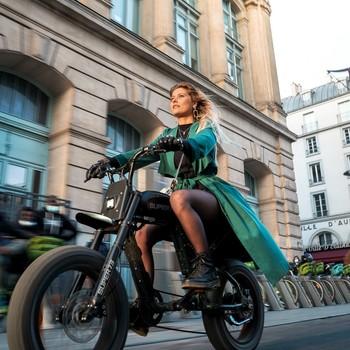 Qui a dit que le temps était pourri à Paris ? 🌇 Les parisiens aussi ont droit à la «golden hour» qui illuminent leur visage et les guide au travers du traffic sauvage de la capitale, preuve en image ! (Beaucoup trop de rîmes en « age »)